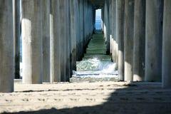 Ranek fala pod Hungtington plaży molem zdjęcia stock