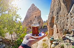 Ranek filiżanka herbata z Czerwonym doliny i skał tła widokiem Zdjęcia Royalty Free