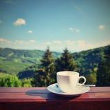 Ranek filiżanka kawy z pięknym góra krajobrazu tłem Relaks i odtwarzanie na wakacje Fotografia Royalty Free