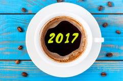 Ranek filiżanki kawy odgórny widok z inskrypcją 2017 Wigilii, bożych narodzeń i nowego roku pojęcie, Obrazy Stock