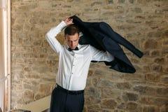 Ranek fornal Fornala ranku przygotowanie Młody i przystojny fornala dostawać ubierał w ślubnej koszula fotografia royalty free