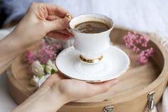 Ranek fragrant kawa w białej filiżance w żeńskich rękach abstrakcjonistycznego zdjęciu tła ramowej rocznik jednorodnego obrazy royalty free