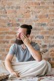 Ranek gnuśności skołowania złego sen półsenny mężczyzna fotografia royalty free