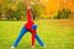 Ranek grże up młoda atleta na haliźnie Zdjęcie Royalty Free