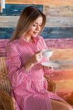 Ranek herbata i kawa Piękny atrakcyjny kobiety obsiadanie, mienie biała filiżanka i Radość, szczęście, styl życia zdjęcia stock
