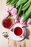 Ranek herbata z owocową galaretą i tulipanami na stole Obrazy Royalty Free