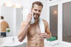 Ranek higiena, mężczyzna patrzeje w lustrze w łazience Zdjęcia Stock