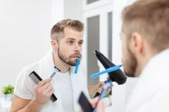 Ranek higiena, mężczyzna w łazience i jego ranek rutyna, Fotografia Stock