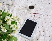 Ranek jaśmin kawa w łóżku i kwiaty fotografia stock