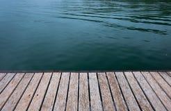 Ranek jezioro przy wsi tłem Fotografia Stock
