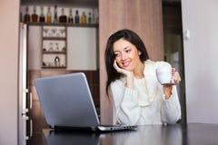 Ranek kawa przed laptopem Obrazy Royalty Free