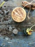 Ranek kawa w białej filiżance z dekoracyjnym wysuszonym kwiatów, łyżki, cynamonu i kawowych fasoli tłem na stołowym wierzchołku,  obrazy royalty free