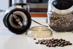 Ranek kawa W kuchni Kawowy ostrzarz w i kawowy producent Zdjęcie Stock