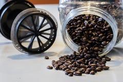 Ranek kawa W kuchni Kawowy ostrzarz w i kawowy producent Zdjęcia Stock