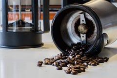 Ranek kawa W kuchni Kawowy ostrzarz w i kawowy producent Zdjęcie Royalty Free