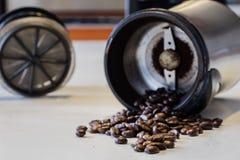 Ranek kawa W kuchni Kawowy ostrzarz w i kawowy producent Obrazy Royalty Free