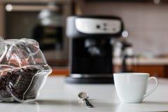 Ranek kawa W kuchni Kawowy ostrzarz w i kawowy producent Zdjęcia Royalty Free