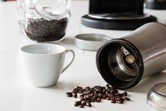 Ranek kawa W kuchni Kawowy ostrzarz w i kawowy producent Fotografia Stock