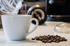 Ranek kawa W kuchni Kawowy ostrzarz w i kawowy producent Fotografia Royalty Free