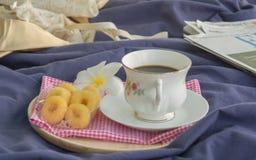 Ranek kawa w sypialni zdjęcie stock