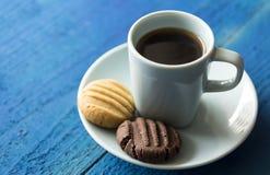 Ranek kawa z brown i białymi ciastkami Zdjęcia Stock