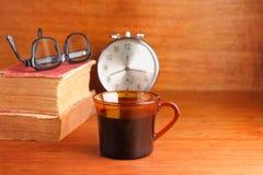 Ranek kawa z starą książką Zdjęcia Stock