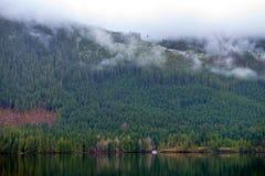 Ranek mgła w Sproat jeziorze w Vancouver wyspie, Kanada obrazy stock
