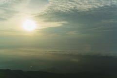 Ranek mgła na górze i słońce Obraz Stock