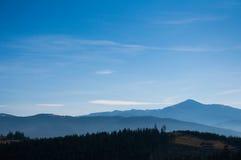 Ranek mgła na halnych skłonach carpathian najlepszy widok góry Ukraina, Europa koloru tonowanie Niski kontrast Obrazy Stock
