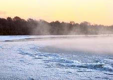 Ranek mgła nad marznięcie rzeką Ob obrazy stock