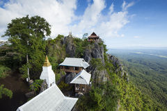 Ranek mgła w Chalermprakiet świątyni, Lampang, Tajlandia Fotografia Royalty Free