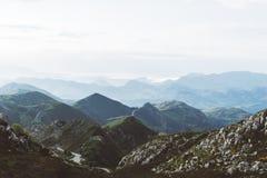 Ranek mgła w halnych szczytach na naturalnym krajobrazie Zielona dolina na tła mgłowym dramatycznym niebie Panorama horyzontu per Obrazy Stock