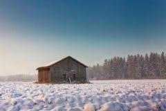 Ranek mgła I Stary stajnia dom Zdjęcie Stock