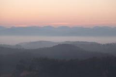 Ranek mgła przy Betong, Yala -, Tajlandia obraz stock
