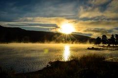 Ranek mgła w norweskim fjord i drewno krajobrazie Zdjęcia Royalty Free