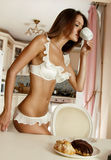 Ranek młoda piękna dziewczyna zaczyna z filiżanką kawy i cząberów ciastkami z czekoladą Zdjęcie Royalty Free