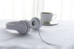 Ranek muzyki tło Kawa w białym łóżku, prześcieradle, duvet i poduszce bałaganiących up, Zdjęcie Royalty Free