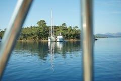 Ranek na żeglowanie łodzi za barami Zdjęcia Royalty Free