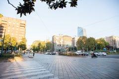 Ranek na Vittor Pisani ulicie w Biznesowej części Mediolan Obraz Royalty Free