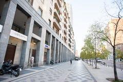 Ranek na Vittor Pisani ulicie w Biznesowej części Mediolan Fotografia Royalty Free
