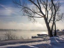 Ranek nad śnieżystym wybrzeżem Ob zdjęcie stock