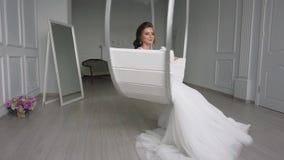 Ranek panna młoda przygotowywa dla ślubu, piękna kobieta w białej sukni, zwolnione tempo zbiory wideo
