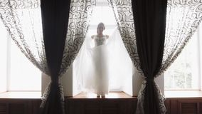 Ranek panna młoda przygotowywa dla ślubu, piękna kobieta w białej sukni, zwolnione tempo zdjęcie wideo