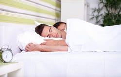 Ranek, potomstwo para w łóżku Obraz Royalty Free