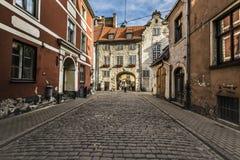 Ranek przy średniowieczną ulicą w starym Ryskim mieście, Latvia Obrazy Stock