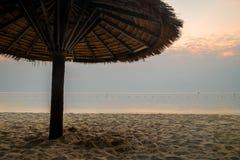 Ranek przy jest plażowy, Phetchaburi, Tajlandia Zdjęcia Royalty Free