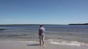 Ranek samotności plażowy mężczyzna zdjęcie wideo