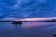 Ranek skała w wodzie przy wschodem słońca Obraz Royalty Free