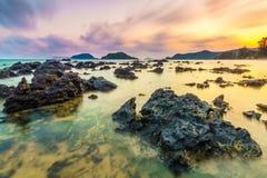 Ranek skały plaża Zdjęcia Royalty Free