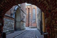 Ranek ulica w średniowiecznym miasteczku stary Ryski miasto zdjęcie royalty free